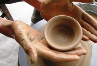 高等部では本職の陶芸家から教わる