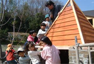 校庭の小さな家